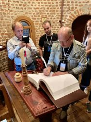 Наставник команды Дизархист - Александр Трусов оставляет памятную запись в книге гостей Коломенского кремля